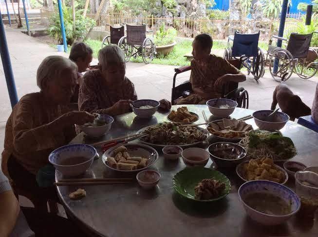 Huynh đoàn Đa-Minh thăm người già neo đơn