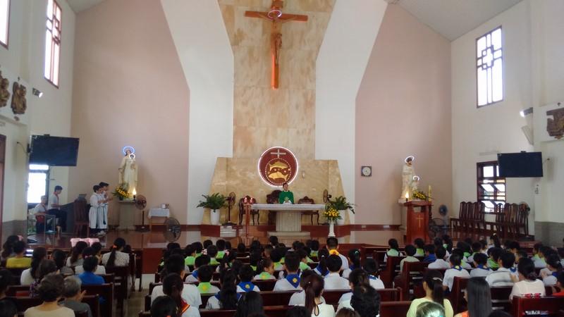Cha Phêrô dâng thánh lễ cầu nguyện cho các em Thiếu nhi