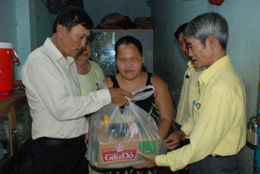 Ban chấp hành giáo khu Thánh Martinô gửi quà bác ái