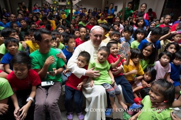 PopeFrancis-homelesschildren-14