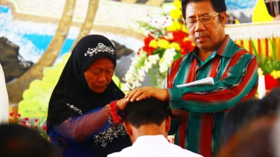 Người Mẹ Hồi giáo chúc lành cho lễ phong chức người con làm linh mục Công giáo