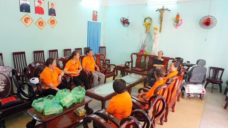 Ban Caritas giáo xứ Phú Hòa thăm quý cha hưu dưỡng