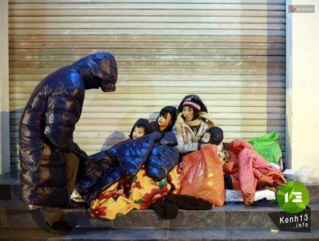 Những giấc ngủ rét buốt của người vô gia cư giữa đêm Hà Nội 5 độ C