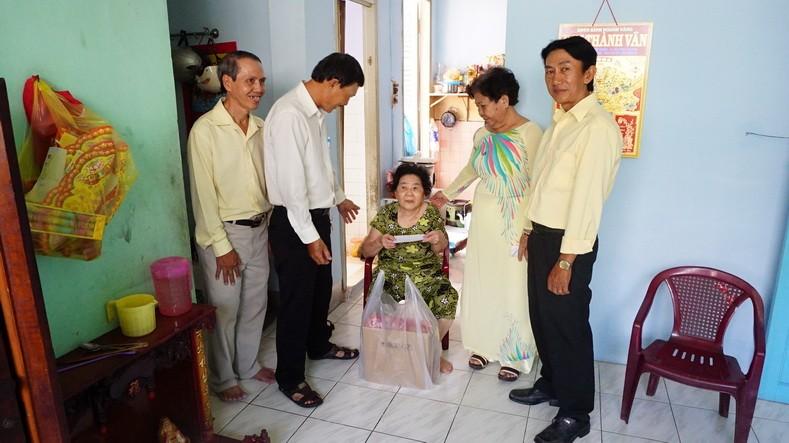 Ban điều hành khu giáo Martinô tặng quà xuân