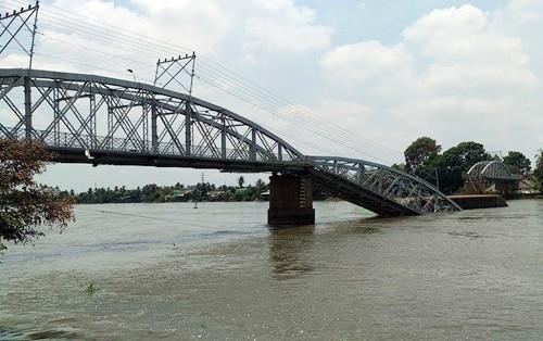 Sập cầu Ghềnh, cứu hộ lặn tìm người rơi xuống sông