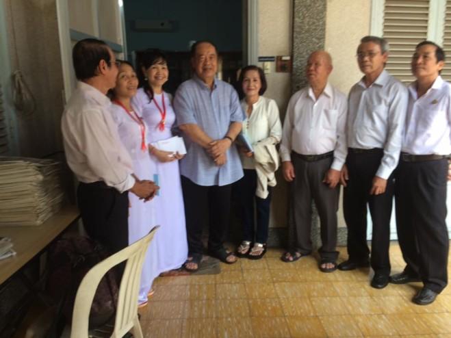 Gia Đình Phạt Tạ Thánh Tâm thăm quý cha hưu