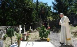 Đức Thánh Cha viếng mộ hai linh mục Ý bị hiểu lầm