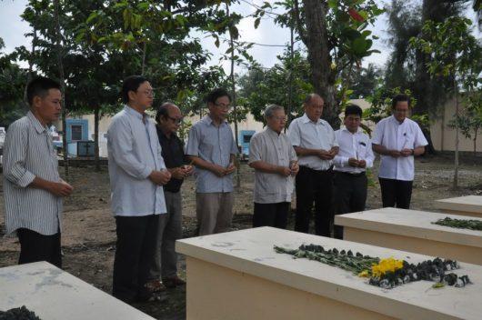 Cha sở Antôn cùng quý chức viếng nghĩa trang